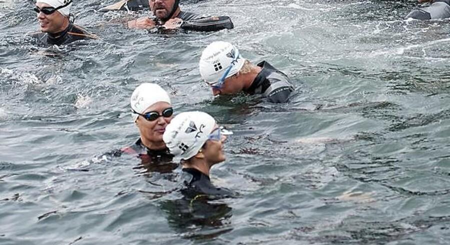 Kronprinsesse Mary ( i midten i forgrunden ) deltog sammen med Mette Jacobsen i dagens udgave af Christiansborg Rundt svømningen.