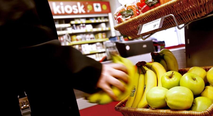 Anført af landets største supermarkedskæder opfordres fødevareministeren nu fra flere sider til at indføre en langt hyppigere kontrol af importeret frugt og grønt.