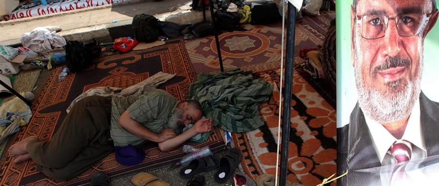 Ved Rabaa al Adawiya-moskeen forbereder pro-Morsi-lejren sig på langvarige protester. Foto: Gianluigi Guercia/AFP