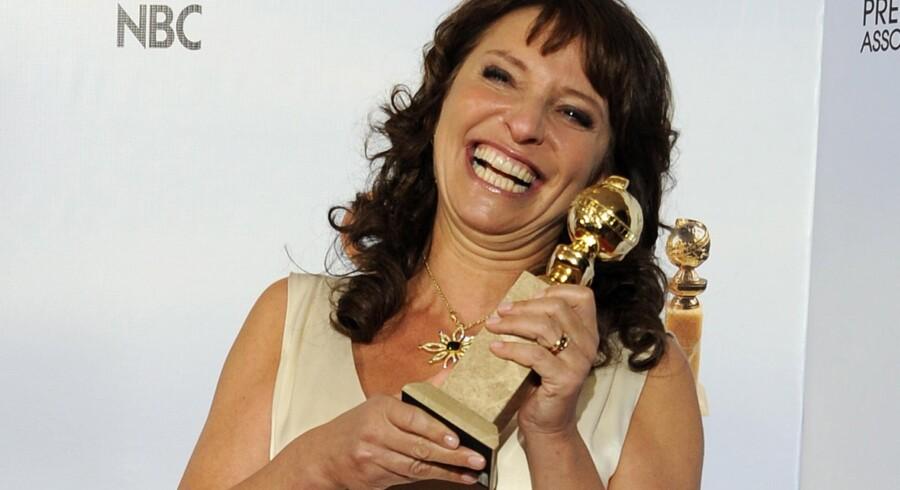 Susanne Bier med Golden Globe-statuetten, der nu bliver guld vejr fra filmselskabet.
