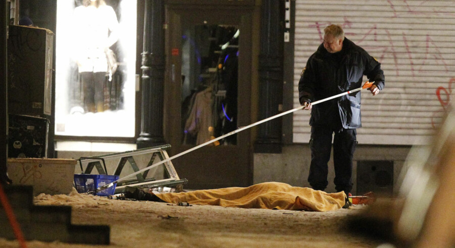 Police forensics experts examine the remains of a suspected suicide bomber in Stockholm on December 11, 2010. The man was found dead after an explosion, with a bag allegedly containing a number of pipe bombs close to him. One person died and two were injured in two almost simultaneous explosions in central Stockholm, police and emergency services said.   AFP PHOTO / SCANPIX-SWEDEN / FREDRIK PERSSON    ***SWEDEN OUT***