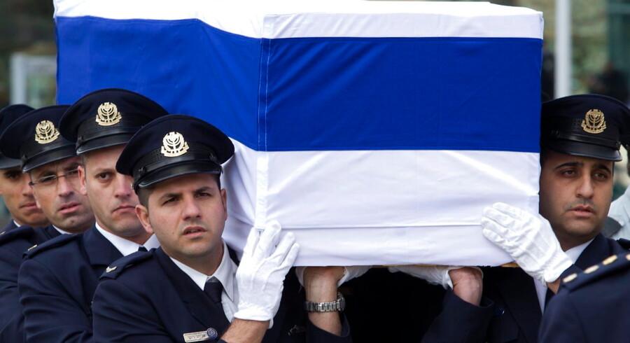 Den tidligere israelske ministerpræsident Ariel Sharon blev lørdag lagt på castrum doloris foran Knesset i Jerusalem, så israelerne kan sige farvel.