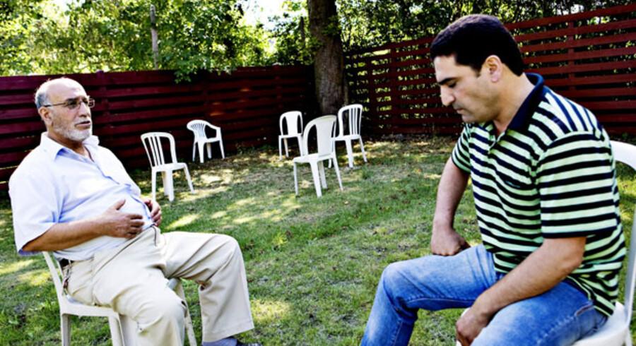 Fikret Göz (t.h.) og hans svoger Mehmet Ali Kükükkartal følger spændt med i og diskuterer retssagen mod det tyrkiske regeringsparti AKP og bomberne i Istanbul i går.