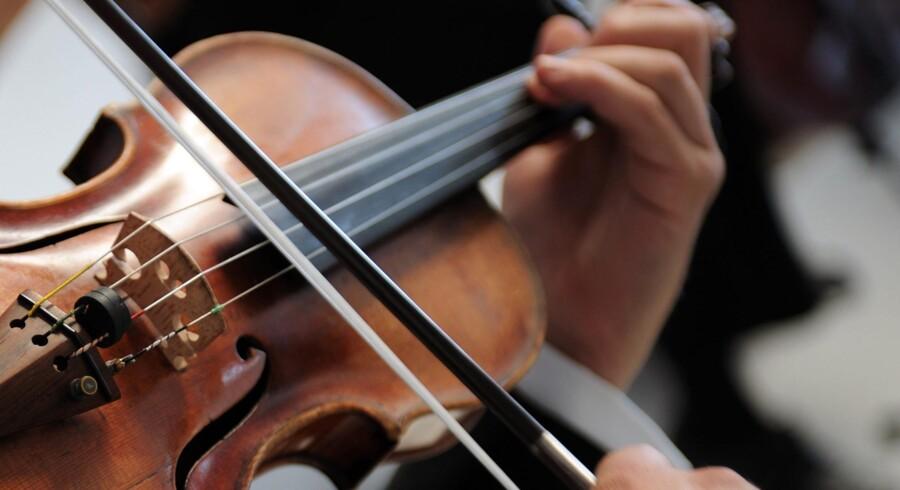 En violinbue vejer kun mellem 50 og 70 gram, men den arm, der fører buen, skal bevæges mange kilometer i løbet af en koncert, siger prorektor Tim Frederiksen, Det Kongelige Danske Musikkonservatorium. Foto: Iris