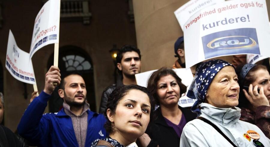 ARKIVFOTO: En række kurdiske organisationer demonstrerer foran byretten i København mandag morgen den 15.august 2011, hvor retten indleder sagen om, hvorvidt ROJ TV skal have inddraget sin sendetilladelse.