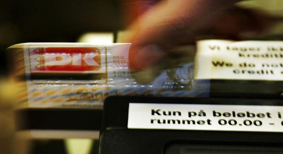 De yngre danskere tænker sig tilsyneladende bedre om end de ældre, inden de svinger betalingskortet i butikkerne.