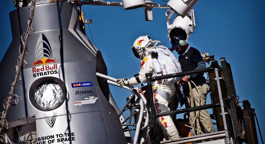 Det var så tæt på for Felix Baumgartner i går. Han havde installeret sig i kapslen, og nedtællingen var i gang, da arrangørerne måtte udskyde opsendelsen på grund af vind.