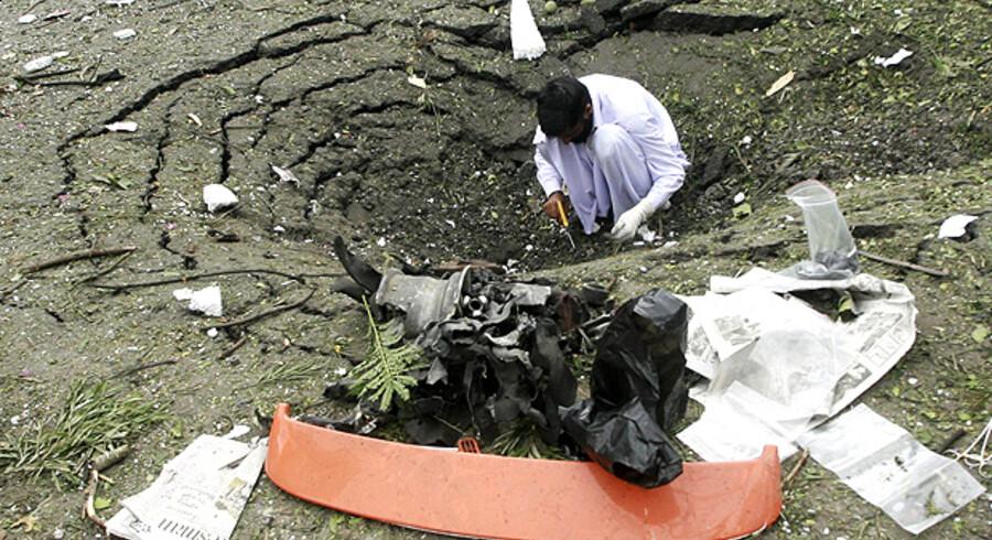Bilbomben, der gik af foran Danmarks ambassade, skabte et meterstort krater i vejen. Nu skal ambassadens folk finde en ny adresse i Islamabad.