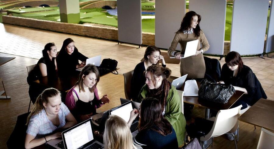 Ørestad Gymnasium benytter pt lokaler i butikscenteret Fields til klasseundervisning på grund af pladsproblemer.