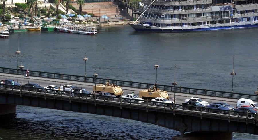 Militærtanks i Cairo krydser Nilen, engang Egyptens vigtigste indtægtskilde.