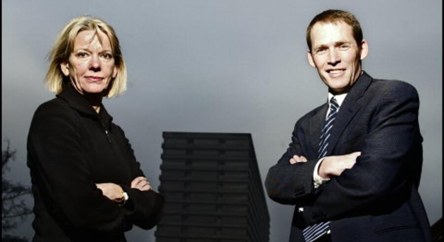 Der venter store udfordringer for sygehusene. En ny type ledere med erfaring fra f.eks. erhvervslivet vil finde vej til direktionerne. »De fleste ledere vil gerne sætte et fingeraftryk. Det skal være frit og attraktivt at være topchef i sundhedssektoren,« mener Gunhild Skovgaard og Tune Hein-Sørensen, her med Rigshospitalet i baggrunden. Foto: Reimar Juul<p>