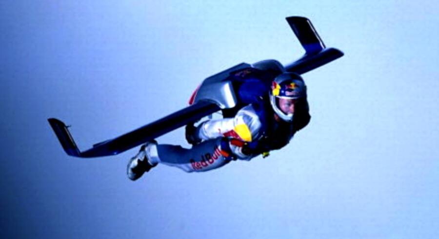 Den østrigske skydiver Felix Baumgartner fløj med op til 360 km/t, da han i går luftdykkede tværs over Den Engelske Kanal i sin specialdragt med kulfibervinger. Foto: Ulrich Grill/Scanpix Nordfoto