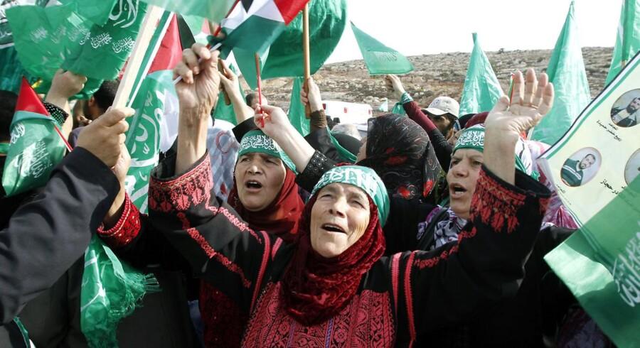 Ved Beituniya checkpointet i nærheden af byen Ramallah på Vestbredden jubler familierne til de palæstinensiske fanger.