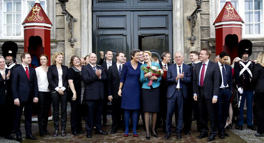 Danmarks nye statsminister Helle Thorning-Schmidt (S) præsenterer sin nye regering foran Amalienborg.