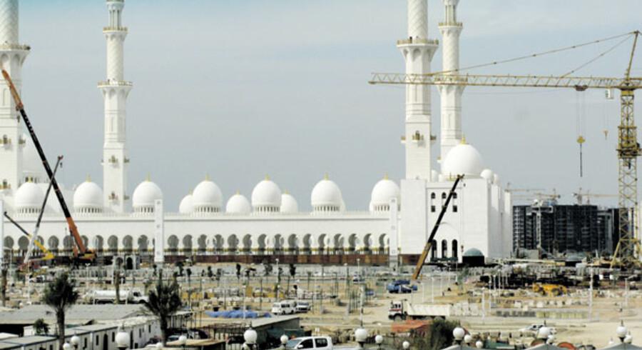 I Dubai og Abu Dhabi har finanskrisen sat nye risikobetonede byggerier af eksklusive boliger swimmingpools og golfbaner på standby, da projekterne ikke kan finansieres af private investorer. Statspenge fra emiraternes oliefonde er der masser af. Abu Dhabis hovedstad, Abu Dhabi, er én stor byggeplads. Her ses verdens 3. største moske, den marmorbeklædte Sheikh Zayed Mosque, der koster lidt over tre mia. kr. at opføre. Den ventes færdig til november i år.