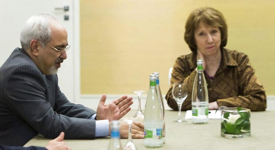 Irans udenrigsminister Mohammad Javad Zarif, (tv.), og EUs udenrigspolitiske chef, Catherine Ashton, (th.), under et af mange møder i Geneve i Schweiz.