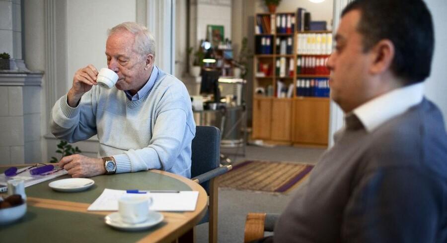 ROJ TV's tidligere bestyrelsesformand Henrik Winkel (tv.) på kontoret for den kurdiske tv-station samme med direktør Imdat Yilmaz (th.).