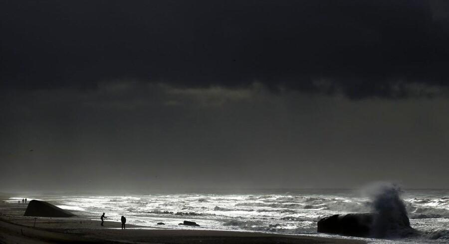 ARKIVFOTO. Sol og tunge skyer over Vesterhavet ud for Thorsminde