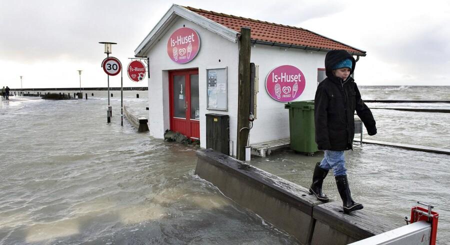 Stormen Egon blæste lørdag med vindstød af orkanstyrke over nord- og vestjylland. Søndag kunne skaderne så beses. Især er det gået hårdt ud over Limfjorden, hvor der var oversvømmelser mange steder. Her Løgstør.