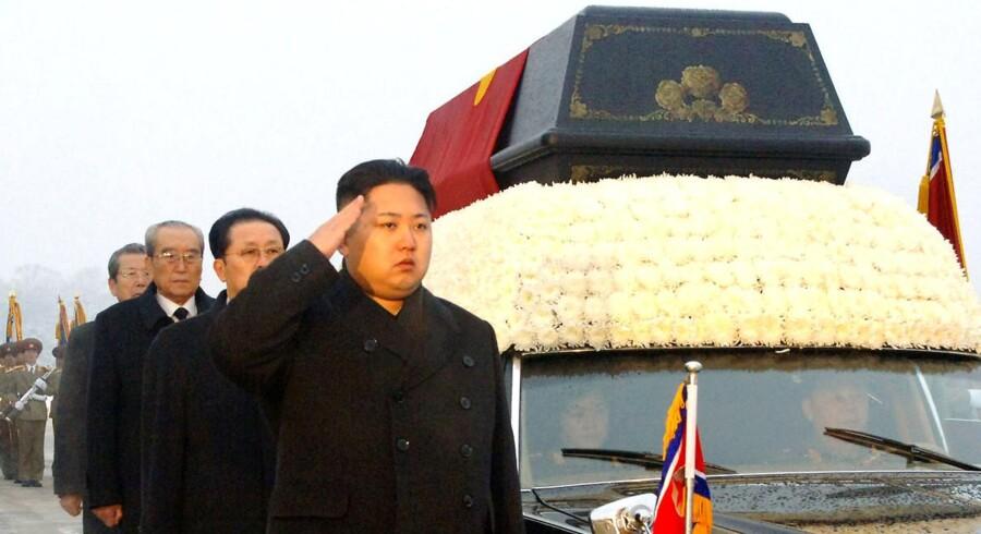 Liget af Nordkoreas afdøde diktator, der her bliver eskorteret gennem byen af Nordkoreas nuværende leder, bliver balsameret og udstillet.
