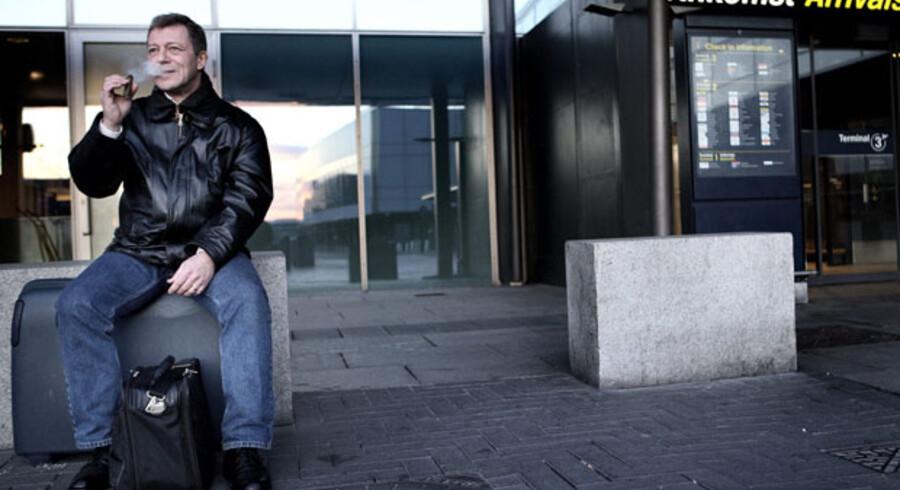 Operasanger Per Høyer har ventet i fire dage på at komme til New York, hvor han skal til audition. Han må nu tage bus til Oslo, hvor han håber at komme videre med fly.
