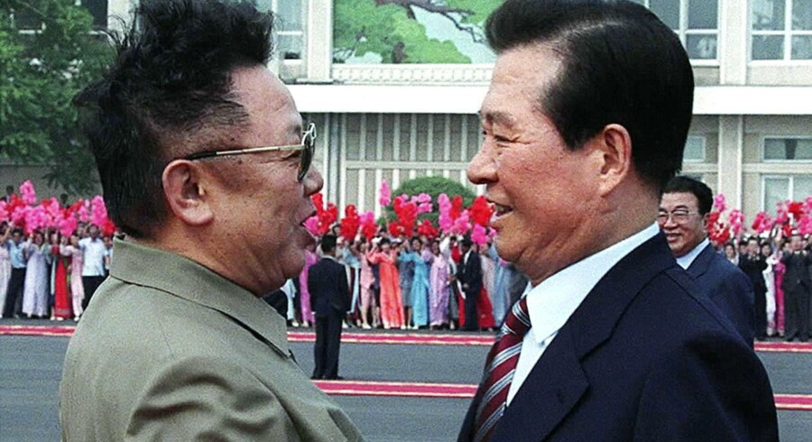 I 2000 trykkede daværende præsident for Sydkorea Kim Dae-jung og Nordkoreas Kim Jung-il næver. I dag er enken til Sydkoreas tidligere præsident på vej til Norkdorea for at vise sin respekt for Kim Jung-il.