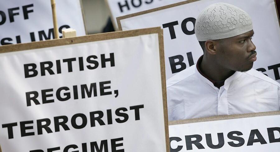 Michael Adebolajo havde været under observation af den britiske efterretningstjeneste i otte år, inden han forleden halshuggede den britiske soldat Lee Rigby på åben gade. I 2007 blev Adebolajo, der har kristne forældre med rødder i Nigeria, fotograferet under en demonstration, der havde den berygtede islamistiske hadprædikant Anjem Choudary i spidsen.