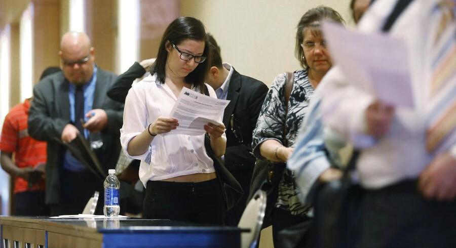 Flere amerikanere hoppede ud ad arbejdsløshedskøen og over i et arbejde i juni, end økonomerne havde forudset.