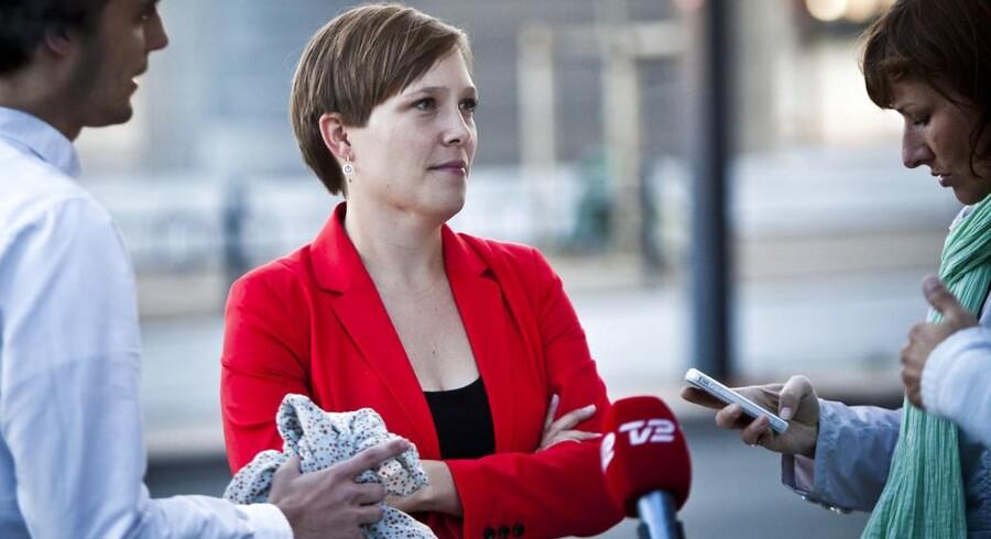 Dele af SFs bagland har kritiseret sundhedsminister Astrid Krags som ny partiformand. Nu tager to markante SF-skikkelser bladet fra munden og roser hendes kandidatur.