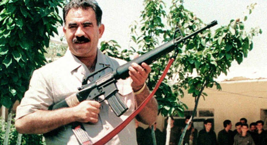 PKKs stifter og fængslede leder Abdullah Öcalan poserer med en amerikansk maskinpistol i Libanons Bekaa Dal i juni 1997. To år senere blev Öcalan anholdt og bortført til retsforfølgelse i Tyrkiet.