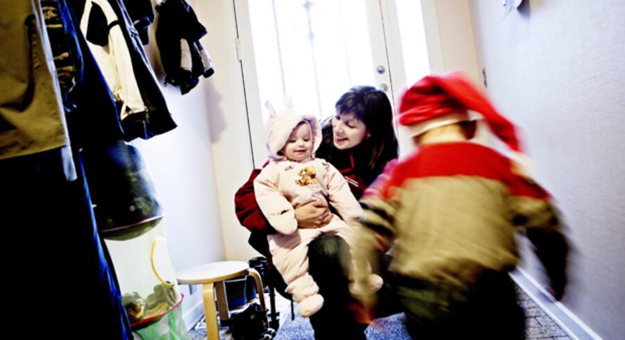 Susanne Dufresne, der har besluttet sig til at blive boende på Samsø, henter sine to børn i dagplejen: Julie på ét år og femårige Mathias. Foto:  Linda Henriksen