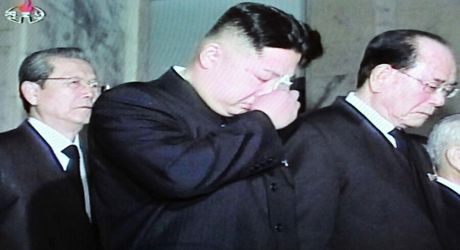 Kim Jong-un (i midten) sørger over sin døde far, Nordkoreas tidligere kære leder, Kim Jong-il. Men som en måske ringe trøst begynder titlerne at tilkomme ham - blandt andet som leder af den 1,2 millioner store nordkoreanske hær.