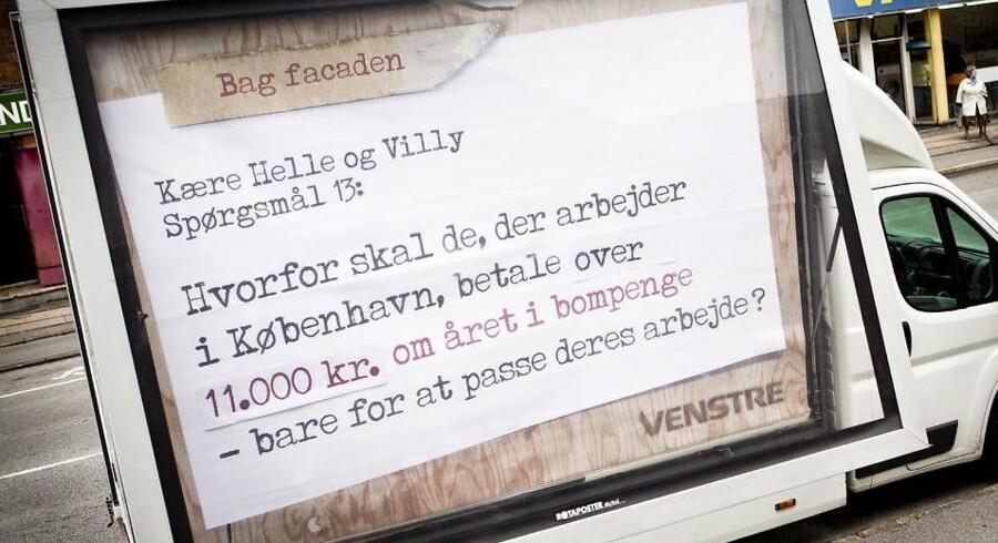 Venstre protesterer med store skilte mod S-SFs forslag om en betalingsring omkring København. - Arkivfoto