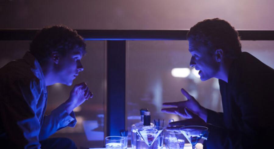 Jesse Eisenberg (tv.) spiller Mark Zuckerberg i filmen »The Social Network« - her sammen med Justin Timberlake, der spiller en af hans ungdomskammerater.