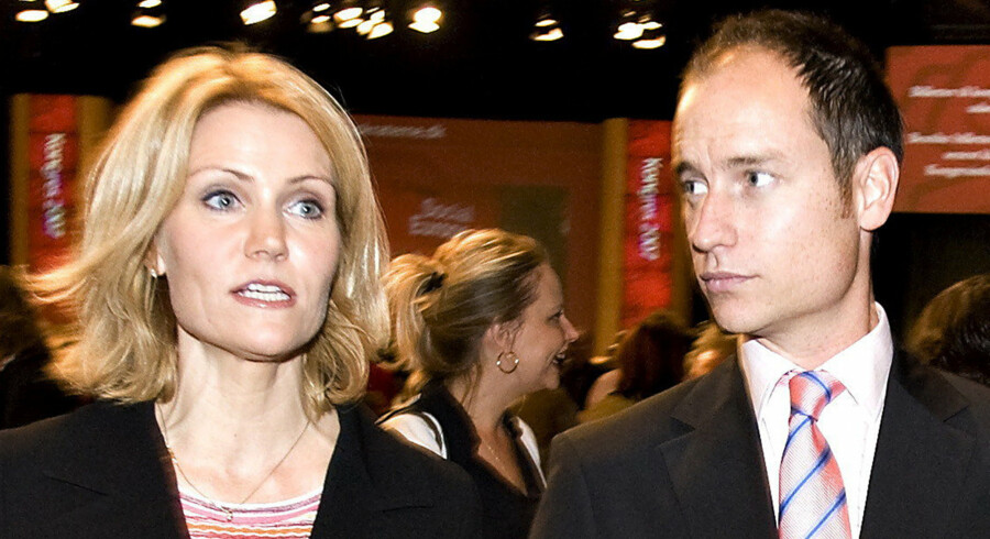 Helle Thorning-Schmidt har mistet vælgernes opbakning efter det er kommet frem, at hun har givet modstridende oplysninger om, hvor længe hendes mand opholder sig i Danmark om året.
