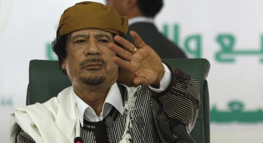 """Støtten til Gaddafi baserer sig i høj grad på """"betalt støtte"""" i form af privilegier og massive økonomiske pengeoverførsler til dem, der stadig holder stand, og intet tyder på, at Libyens leder løber tør for penge foreløbig."""