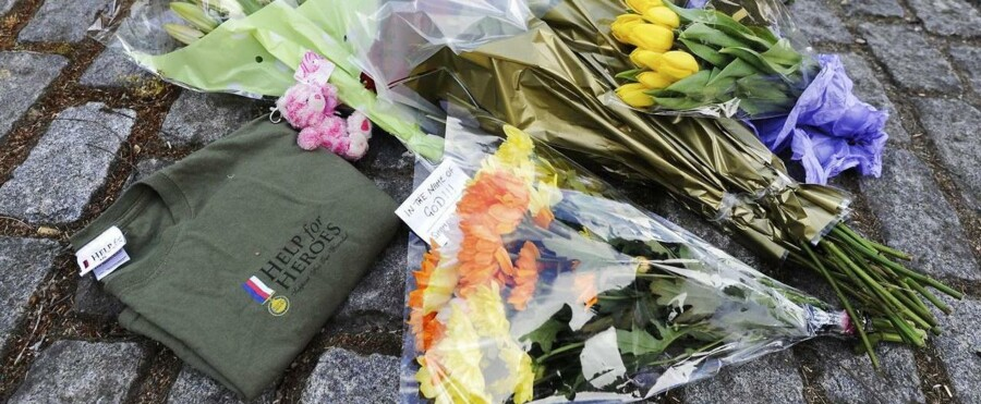 Blomster ligger på fortovet uden for Royal Artillery Barracks, Woolwich Headquarters, tæt på John Wilson Street i sydøst-London, hvor en soldat i går eftermiddag blev myrdet.