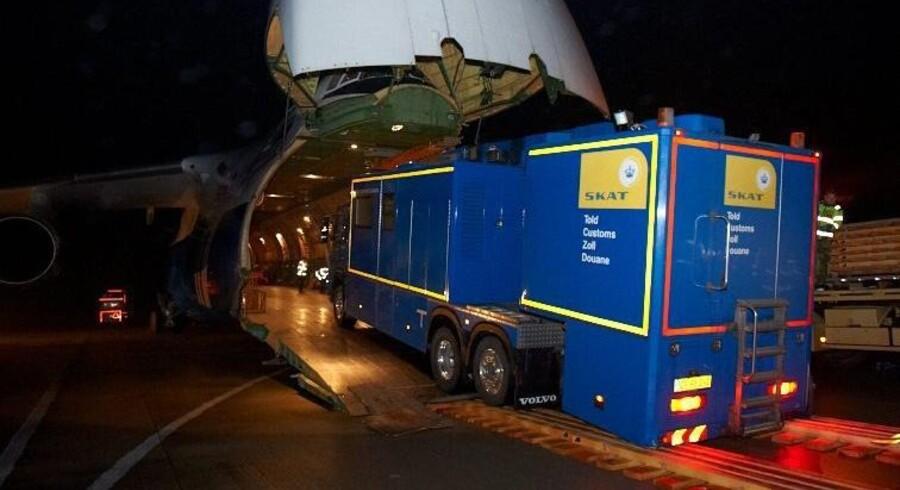 Skats mobile scanner på vej om bord i et russisk transportfly på Flyvestation Karup. En international mission, der skal afhente Syriens kemiske våben, er nu indledt. Scanneren skal bruges til at sikre, at der kun er det i containerne, der skal være. Foto: Flyvevåbnet.