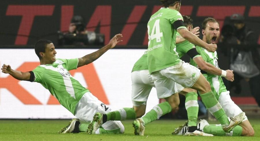 Wolfsburgs Bas Dost (th) scorede to gange i holdets sejr over Bayern.