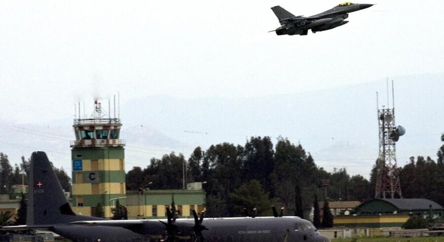 En dansk F-16-jager letter fra Sigonella NATO Airbase