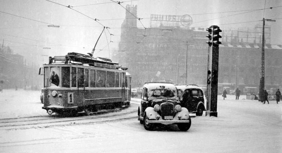 Det er koldt derude, men det er for intet at regne med isvintre for år tilbage. Tag med på en tur i vores billedarkiv. Billeder udvalgt af Jan Jæger og Carsten Gregersen. Her en sporvogn på Rådhuspladsen i 1956.