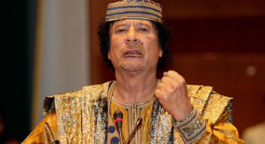 Det er langt overvejende pengene og udsigten til et privilegeret liv, langt over den almindelige libyers dagligdag, der har sikret Gaddafi en trofast skare af lakajer og medløbere, siger dansk ekspert. Og støtten er skrøbelig.