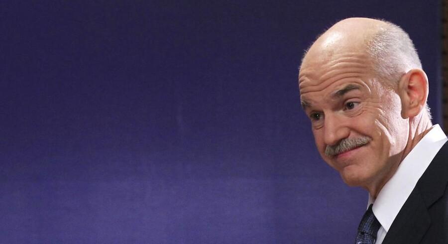Grækenslands premierminister George Papandreou er hårdt presset selv internt i sit parti. Men sent i nat fik han opbakning til en afgørende folkeafstemning om EUs krisepakke til Grækenland.