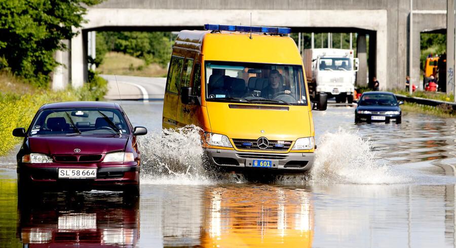 Et voldsomt skybrud ramte lørdag København og skaber fortsat trafikale problemer. Her er det Amager-motorvejen, der er lukket pga oversvømmelser.