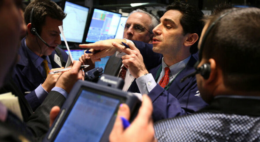 Hedge-fonde forsøger at forhindre investorerne i at trække penge ud, fordi det vil trække finansmarkederne yderligere ned.