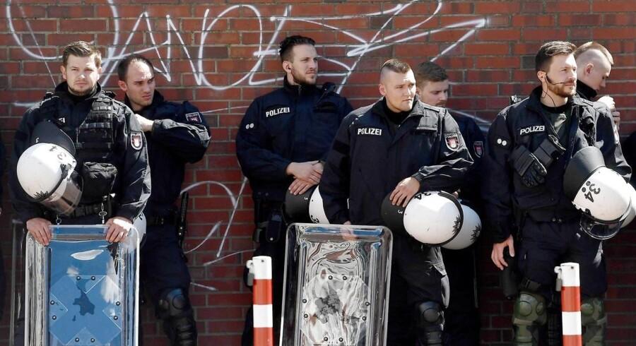 Politifolk ved en demonstration i Hamborg, med navnet »Welcome to Hell«, hvor 8000 »voldelige demonstranter« forventedes at deltage. Politiet har ved den dansk-tyske grænse d. 6. juli, ransaget 6 busser med kurs mod G20-mødet - to danske og fire svenske - efter mistanke om våbenbesiddelse. Yderligere optrapning af demonstrationerne i Hamborg frygtes og forventes og derfor er politibemanding massiv - og inkluderer blandt andet helikoptere og skærpet grænsekontrol.