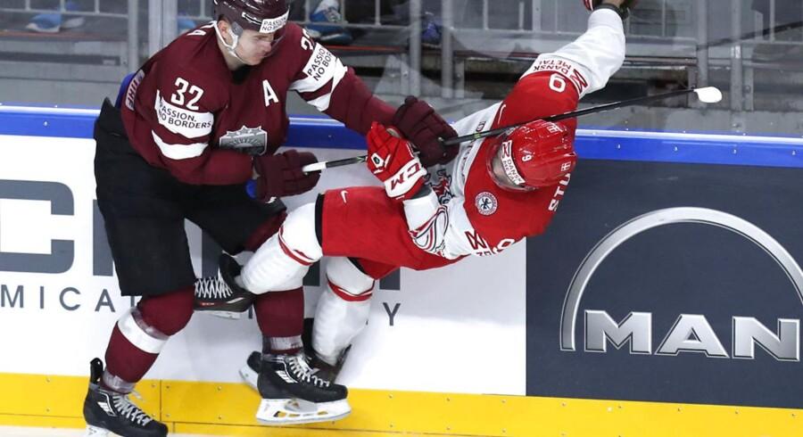 Frederik Storm bliver tacklet af lettiske Arturs Kulda (Ishockey VM 2017. Danmark mod Letland spillet i LANXESS arena den 7. maj 2017) Foto: Jan Korsgaard