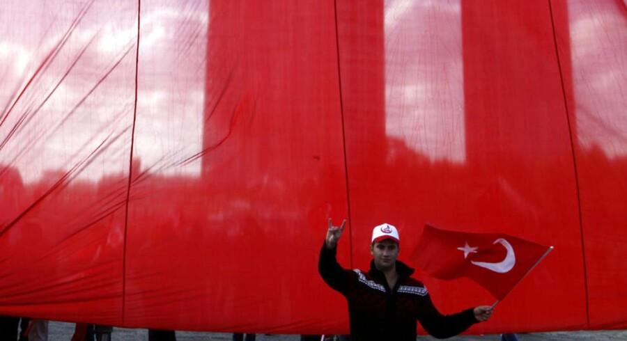En tyrkisk nationalist laver håndtegn, der symboliserer tilhørsforhold til den ultranationalistiske bevægelse 'De Grå Ulve'. I Tyskland holder myndighederne skarpt øje med tyrkiske ultranationalister, der er kendt for voldelige overfald.