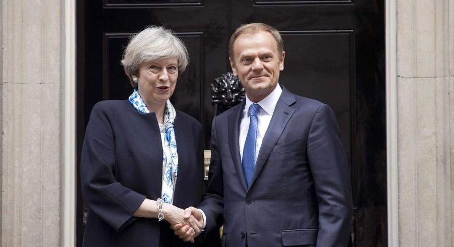 Formanden for Det Europæiske Råd, Donald Tusk, besøgte premierminister Theresa May i London den 6. april. Tusk og de fortsættende EU-landes ledere beklager, at Storbritannien forlader EU, men har de seneste uger rost Theresa May for at vise en mere konstruktiv tilgang til Brexit-forhandlingerne. / AFP PHOTO / Justin TALLIS