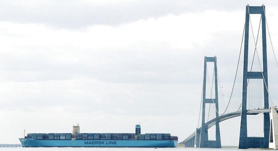 RB plus. LA: Vi lever med anklager om kovendingerBrugerbetaling hos lægen, gratis kørsel over Storebælt og nul værnepligt. Liberal Alliance har vendt ryggen til en hel del for at komme i regering. RB PLUS ARKIVFOTO 2013 af Mærsk containerskib der sejler under Storebæltsbroen- - Se RB 31/12 2014 11.00. Skibe skal begrænse miljøsvineri på havene. Fra 2015 skal skibe nær Danmark sejle på olie med 90 procent mindre svovl. Da den type brændstof er markant dyrere, kan rederier fristes til at omgå reglerne. (Foto: Erik Refner/Scanpix 2014)